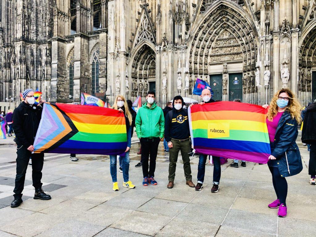 Foto mit Regenbogenflaggen vor dem Dom
